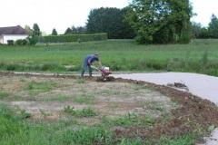 Préparation de la terre pour semer la prairie fleurie